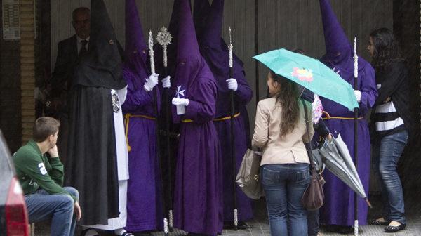 La lluvia ha impedido las procesiones del Viernes Santo. (Julián Pérez).
