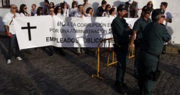 Protesta de funcionarios contra Chaves en Cartaya Huelva. (Elisabeth Dominguez)