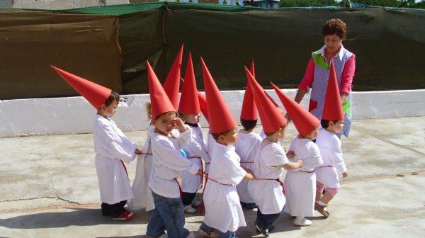 Los niños ya viven la Semana Santa en Almonte.