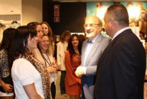 El alcalde de Huelva, Pedro Rodríguez, durante la inauguración de la tienda de H&M.