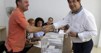 El coordinador general de IU-CA, Diego Valderas, ha votado en el colegio Lope de Vega de Bollullos del Condado. (Julián Pérez).