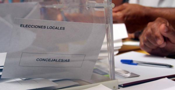 Urna en el colegio electoral del Albergue Juvenil en Huelva capital. (J. C.).