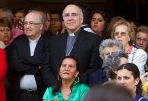 Jose Vilaplana, obispo de Huelva, entre la gente. (Foto: Julián Pérez)