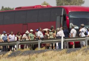 Los pasajeros del autobús accidentado son recogidos por otro autocar. (Julián Pérez).(