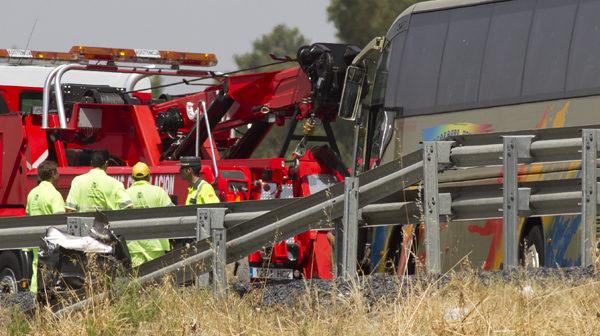 Estado en el que quedaron el autobús y camión-grúa siniestrados. (Julián Pérez).