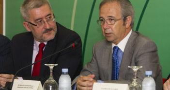 El administrador único de Cotnsa, Urbano Alonso, explica el proyecto naval ante el consejero Ávila. (Julián Pérez)
