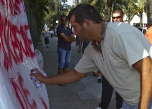 Concentración de mariscadores de Nueva Umbría a las puertas de la Junta. (Julián Pérez)