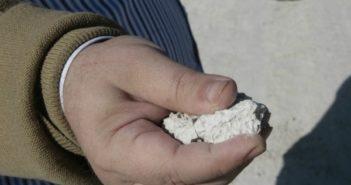 Un hombre muestra un trozo de fosfoyeso procedente de Fertiberia.