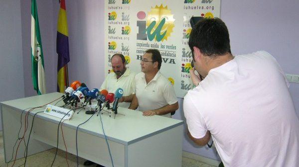 Pedro Jiménez y Francisco Javier Camacho, hoy, en la sede de IU.