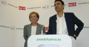 Petronila Guerrero y Mario Jiménez, hoy, en la sede del PSOE.