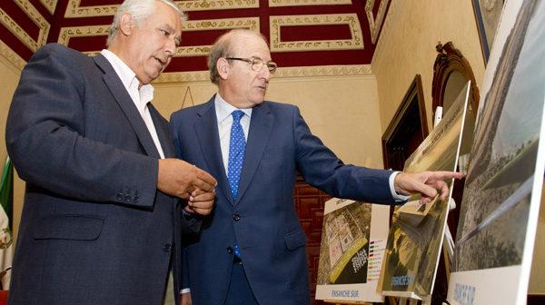 Javier Arenas y Pedro Rodríguez en el Ayuntamiento de Huelva. (Foto: Julián Pérez)