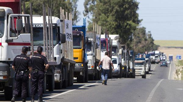 Caravana de camiones estacionada frente a la fábrica de Ence. (Foto: Julián Pérez)