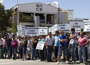 Un grupo de manifestantes a las puertas de Ence. (Foto: Julián Pérez)