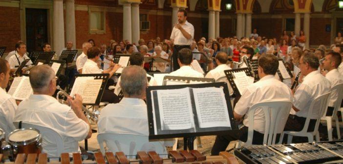 Concierto de la Banda Sinfónica Municipal en el patio del Ayuntamiento de Huelva.