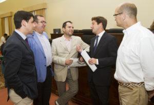 Varios diputados del PP conversan antes del Pleno. (Julián Pérez).