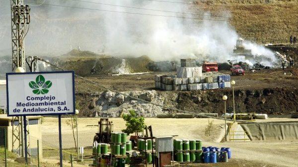 Incendio en el vertedero de Nerva. (Foto: Julián Pérez)