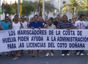 Manifestación de mariscadores por las calles de Huelva. (Julián Pérez)