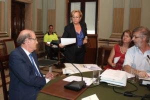 Petronila Guerrero entrega una reclamación al alcalde de Huelva. (Foto: Daniel Vázquez)