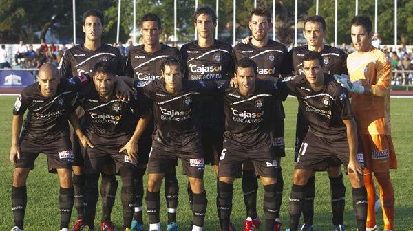 Alineación de salida del Recre para el partido que ha disputado frente al Sevilla B en Punta Umbría. (Julián Pérez).