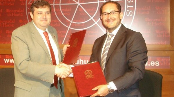 El rector y el director de Inturjoven sellan el acuerdo.