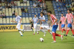 Álvaro Vega y Manolo Martínez intentan parar al atlético Reyes.