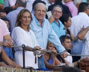 El alcalde de Huelva, Pedro Rodríguez, con su esposa, Carmen Garrido, en el tendido. (Julián Pérez)