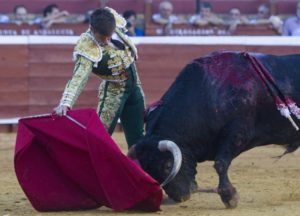 El Juli ejecuta un pase de pecho. (Julián Pérez)