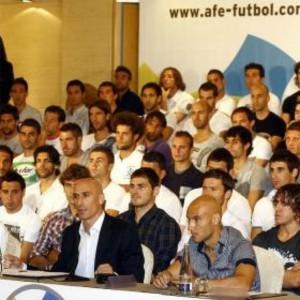 Luis Rubiales, presidente de la AFE, acompañado por futbolistas profesionales