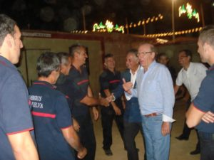 El alcalde junto a un grupo de bomberos integrado en el dispositivo de Colombinas.