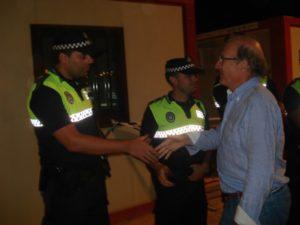El alcalde saluda a policías locales del dispositivo de Colombinas.