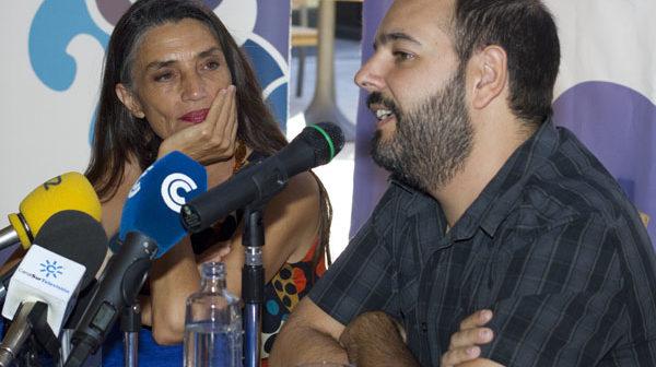 Ángela Molina atiende al director del Festival de Islantilla. (Julián Pérez)