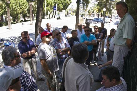 Asamblea improvisada tras la reunión de los representantes sindicales de Astilleros con la Junta. (Julián Pérez)