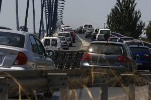 Circulación densa en el puente del Odiel sentido Punta Umbría.