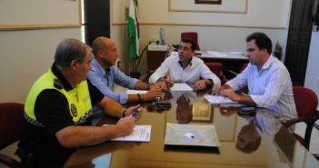 De derecha a izquiera, Juan Carlos Duarte, primer teniente alcalde, Manuel Bueno, alcalde de San Juan del Puerto, Luis Fuentes, concejal de Seguridad Ciudadana y Tráfico, y Manuel Rodríguez, cabo de la Policía Local San Juan del Puerto.