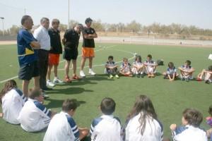 Los deportistas, junto a algunos de los participantes en los campus.