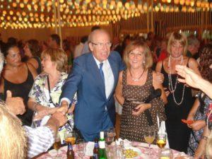 El alcalde saluda a varios asistentes a la recepción del Ayuntamiento de Huelva.
