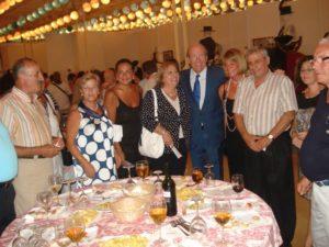 El alcalde y varios concejales junto a representantes vecinales durante la recepción del Ayuntamiento de Huelva.