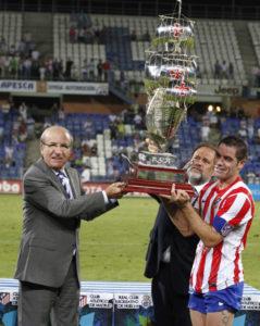 El alcalde de Huelva, Pedro Rodríguez, hace entrega al capitán del Atlético, Antonio López, de la Carabela de Plata. (Julián Pérez)