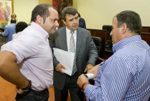 José Martín -en el centro- junto a Sánchez Rufo -izquierda- y José Villa -derecha- en el transcurso del pleno orgánico de la Diputación. (Julián Pérez).