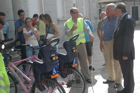 El inventor de la bicicleta adaptada en la puerta del Ayuntamiento.