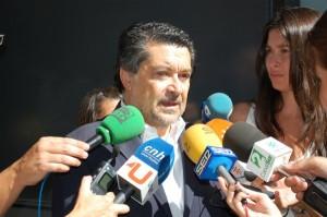 Javier Barrero habla con los medios.