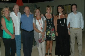 José Manuel Soto junto al alcalde, Pedro Rodríguez, y los concejales del Ayuntamiento de Huelva Carmen Sacristán, Manuel Remesal y Pilar Miranda, además de las esposas de José Manuel Soto y Pedro Rodríguez.
