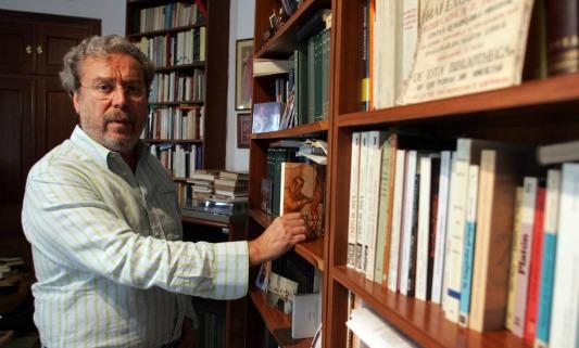 José Antonio Gómez Marín, en su casa de Sevilla. (J. M.)