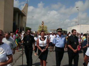 La Virgen del Mar procesiona precedida por las autoridades locales.