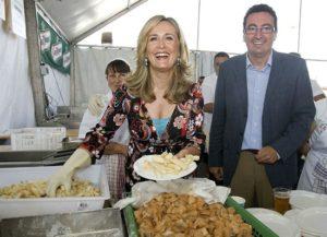 Nieves Herrero y el alcalde de Lepe, en la inauguración de una edición anterior de la feria.
