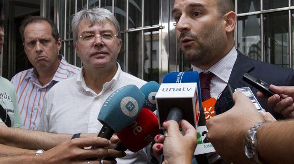Nicolás Morón, abogado de Derecho a Vivir, atiende a los medios de comunicación en la puerta de los juzgados. (Julián Pérez)