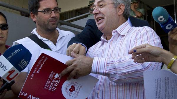 El representante de Derecho a Vivir, en las puertas del Palacio de Justicia. (Julián Pérez)