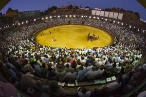 Espectacular imagen de la plaza de toros de Huelva durante la corrida de rejones en la tarde del domingo. (Julián Pérez).
