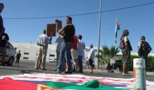 Banderas de Portugal y pancartas, unidas en la protesta. (C. H.)