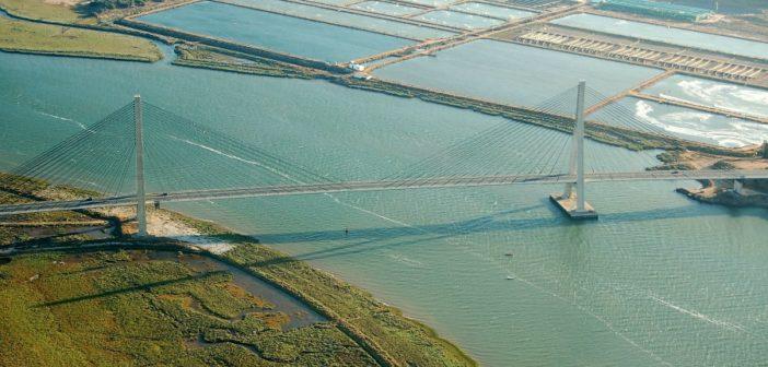 Imagen aérea del puente internacional sobre el Guadiana, punto de acceso a la autovía del Algarve. (Rodolfo Barón)